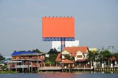 Große Anschlagtafel neben dem Fluss Lizenzfreies Stockfoto