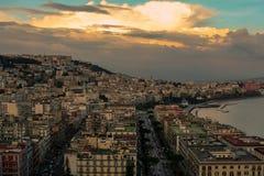 Große Ansicht über das Neapel mit Wolken stockbild