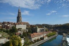 Große Ansicht über den Fluss in Bern, die Schweiz Stockbild