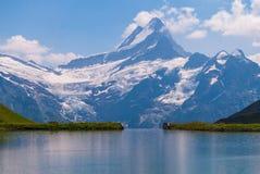 Große Ansicht der felsigen Berge Populäre Touristenattraktion Standortplatz Bachalpsee in den Schweizer Alpen, Grindelwald-Tal, B stockfoto