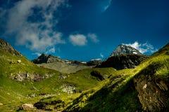 Große Ansicht der grünen Hügel, die durch Sonnenlicht glühen Standortfa Stockbild