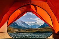 Große Ansicht des Felsens und des Sees Drastische und malerische Szene Lizenzfreies Stockfoto