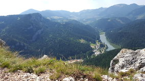Große Ansicht von einem See umgeben durch Wälder und Bergspitzen Stockbild