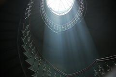 Große Ansicht von sunlights im dunklen Innenraum lizenzfreie stockbilder