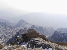 Große Ansicht zu den schönen Bergen Seoraksan Lizenzfreie Stockbilder