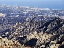 Große Ansicht zu den schönen Bergen von der meisten Höhenspitze von Seoraksan Stockfoto