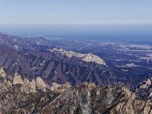 Große Ansicht zu den schönen Bergen von der meisten Höhenspitze von Seoraksan Lizenzfreie Stockbilder