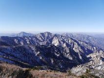 Große Ansicht zu den schönen Bergen von der meisten Höhenspitze von Seoraksan Stockbilder