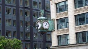 Große antike Uhr an einem Wolkenkratzer lizenzfreie stockfotos
