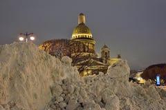 Große Antriebe des Schnees auf dem Hintergrund von Kathedrale St. Isaacs Stockfotografie
