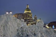 Große Antriebe des Schnees auf dem Hintergrund von St. Isaac& x27; s-Kathedrale Lizenzfreie Stockbilder