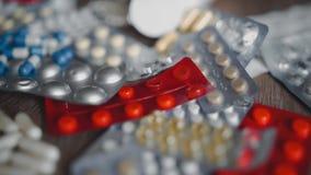 Große Anzahl mehrfarbige Tabletten der Pillen Schöne Tropfenpillen auf dem Tisch weiß, blau, Rot und yellownpills stock footage