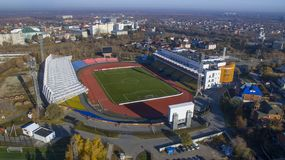 Große Arena des Fußballstadions 'Geologe 'im Sommer in Tyumen lizenzfreie stockbilder