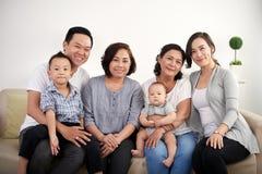 Große asiatische Familie, die zu Hause aufwirft Lizenzfreie Stockfotos