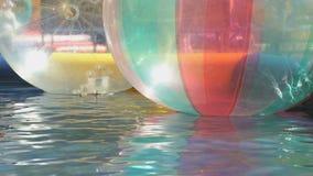 Große aufblasbare transparente Wasserbälle draußen stock footage