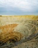 Große ausgegrabene Grube Stockbild