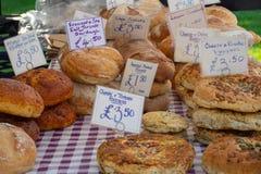 Große Auswahl des Handwerkerhauses kochte Brot auf Tabelle mit Preisen für Verkauf stockbilder