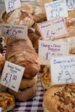 Große Auswahl des Handwerkerhauses kochte Brot auf Tabelle mit Preisschilds für Verkauf lizenzfreie stockbilder
