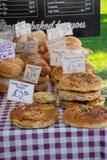 Große Auswahl des Handwerkerhauses kochte Brot mit Preisen für Verkauf stockfotos