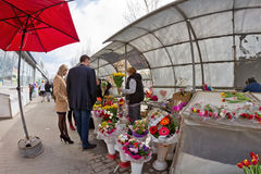 Große Auswahl von Blumen an den Provisoriummärkten in der Stadt Stockfotografie