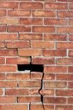 Große Backsteinmauer mangels der Reparatur, mit Sprüngen gänzlich und der Abschnittverfehlung Stockfotografie