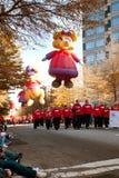 Große Ballon-Charakter-Bewegung entlang Weg von Atlanta-Weihnachten P lizenzfreie stockbilder
