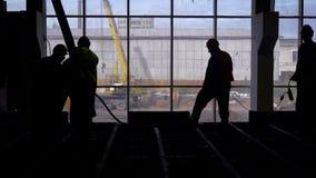 Große Baustelle Eine Gruppe Arbeitskräfte nimmt an auslaufendem Eisen zu einer Betonplatte teil stock video footage