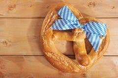 Große bayerische weiche Brezel Oktoberfest lizenzfreie stockbilder