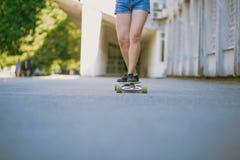Große Beine des Skateboardfahrers stockbild