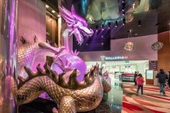Große belichtete Skulptur des bunten chinesischen Drachen, der Perle in seinen Greifern in der Stadt von Traum-Macao-Erholungsort Lizenzfreies Stockfoto