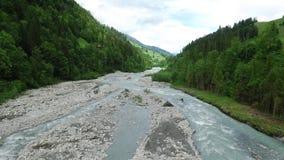 Große Berge gesamtlänge Fluss geht den Berg umher Beschneidungspfad eingeschlossen stock video