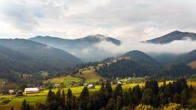 Große Berge nave Nebelwolken stock footage