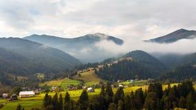 Große Berge nave Nebelwolken stock video