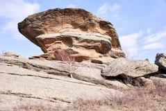 Große Berge Große Steine Blauer Himmel Lizenzfreie Stockbilder