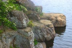 Große Blöcke des Steins auf dem Fluss Lizenzfreies Stockbild