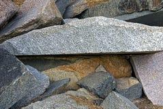 Große Blöcke des Steins in einem Stapel auf der Straße Stockfoto