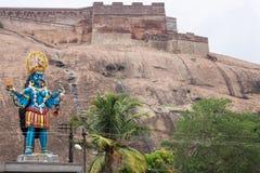 Große blaue Kali-Statue am Fuß des Dindigul-Felsen-Forts Stockfotografie