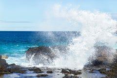 Große blaue Meereswogen, die auf dem Ufer mit Schaum brechen Szenische Ansicht des Spritzens des Ozeanwassers Stockfoto