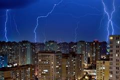Große Blitzbolzen über der Stadt Stockfotos