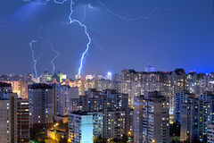Große Blitzbolzen über der Stadt Lizenzfreies Stockbild