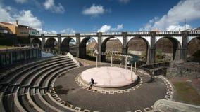 Große Brücke Ribeira - Ponte de Oito Arcos und Theater Sao Migue lizenzfreie stockbilder