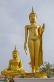 Große Buddha-Statue über szenischem Hintergrund des blauen Himmels bei Wat Klong r Stockfotos