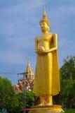 Große Buddha-Statue über szenischem Hintergrund des blauen Himmels bei Wat Klong r Lizenzfreies Stockbild