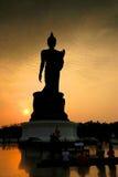 Großes Buddha-Bild im Schattenbild stockfotos