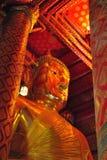Große Buddha-Statue im thailändischen Tempel Stockbild