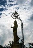 Große Buddha-Statue und -wolke lizenzfreie stockfotografie
