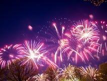Große bunte Feuerwerke Stockbild