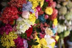 Große bunte Floristenanordnung an einem Blumengeschäft stockbilder