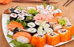 Große bunte Platte von Sushi Stockfoto