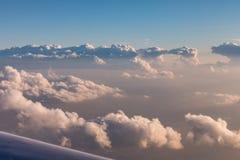 Große bunte Sturmwolken beleuchteten durch die untergehende Sonne, Ansicht von den Flugzeugen während des Fluges Stockbild